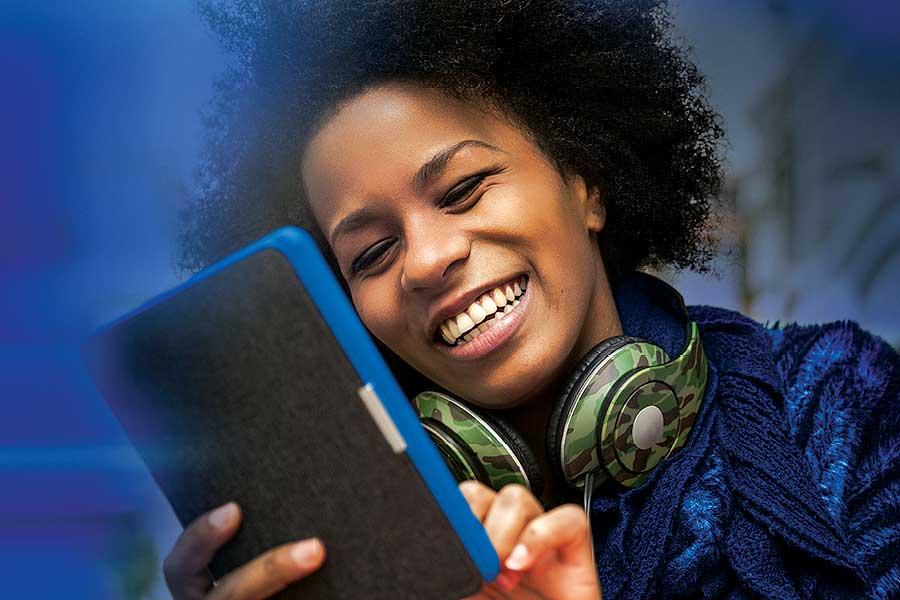 Frau-lesen-Tablet